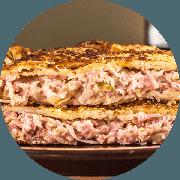 Calzone: Mandacarinho - Calzone Grande (Ingredientes: Azeitona, Orégano, Catupiry, Cebola, Presunto, Provolone., Calabresa Moída, Muçarela)