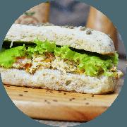 Sanduíche: Frango Cremoso - Sanduíche (Ingredientes: Alface, Creme especial de ricota com frango desfiado, Molho manjericão, Tomate)