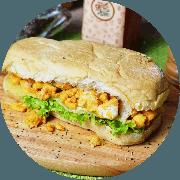 Sanduíche: Frango em Pedaços - Sanduíche (Ingredientes: Alface, Frango em pedaços, Molho iogurte com mostarda, Queijo mussarela, Tomate)