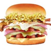 Hot Dog: Pitbull - Hambúrguer (Ingredientes: Bacon, Batata Palha, Duas Fatias de Presunto, Duas Fatias de Queijo, Duas Salsichas, Maionese, Milho, Molho Especial, Ovo, Pão)