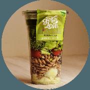 Salada: Salada Mediterrânea no Pote - Salada (Ingredientes: Alface americana, crespa, manjericão, tomate cereja, azeitona, fusilli integral, ovo de codorna e queijo minas)