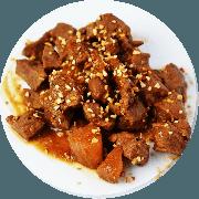 Carnes: Cubinhos de Alcatra ao Vinho com Macaxeira - prato (Ingredientes: (+2 Acompanhamentos), Alcatra em Cubos, Castanha de Cajú, Macaxeira Cozinhada)
