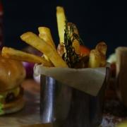Porções: The Rustic Fries - média - Individual (Ingredientes: 300g de batatas palito rústicas com alho e alecrim)