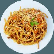 Massas: Espaguete a bologuesa - Espaguete integral, patinho moído e molho de tomate caseiro finalizado com manjericão