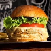 Burger: Bubba Chicken - Hambúrguer (Ingredientes: Pão de Brioche, Burger de Frango de 160g, Queijo Mussarela, Alface, Tomate, Molho Especial, Porção de Batata Frita)
