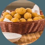 Porções: Bolinhas de Polenta Recheada Com Queijo 600g 30 un - Porção Média (Ingredientes: Bolinhas de Polenta Recheada Com Queijo)