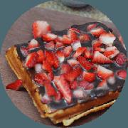 Sobremesas: Waffle de Chocolate e Morango - Farinha de Arroz, Mel, polvilho doce, chocolate 50% cacau, morango e leite sem lactose. Não contém glúten, nem Lactose.