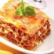 Lasanha: Lasanha a Bolonhesa - Massa Grande (Ingredientes: carne moída ao molho de tomate. alternado com massa especial, presunto e mussarela.)