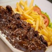 Porções: Filé ao Molho Madeira 300g - Petisco (Ingredientes: Pedaços de filé de carne grelhado e misturado ao molho madeira)