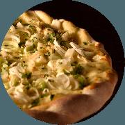 Especiais: Primavera - Pizza Média (Ingredientes: Alho Poró, Champignon, Cruzado de Requeijão, Molho de Tomate Cuko