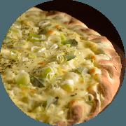 Premium: 6 Queijos Finos - Pizza Média (Ingredientes: Mussarela, Orégano, Cebola, Parmesão, Manjericão Fresco, Provolone, Gorgonzola, Alho Poró, Molho de Tomate Cuko