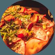 Especiais: Lombinho - Pizza Média (Ingredientes: Mussarela, Orégano, Cebola, Bacon, Lombo Canadense, Alho Poró, Molho de Tomate Cuko