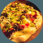 Premium: B.B.Q. - Pizza Média (Ingredientes: Alho Poró, Cebola, Linguiça Defumada com Pimenta Calabresa, Molho Barbecue, Molho de Tomate Cuko